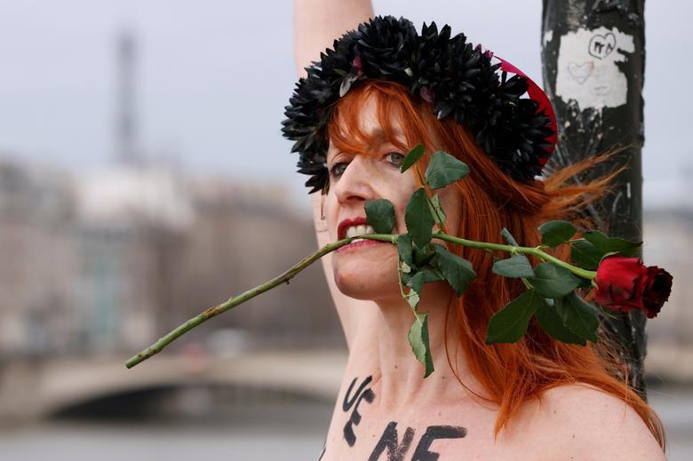 Un activista de Femen realiza una acción en el Pont des Arts para protestar contra la violencia contra las mujeres en el Día de San Valentín en París, Francia.  REUTERS / Christian Hartmann
