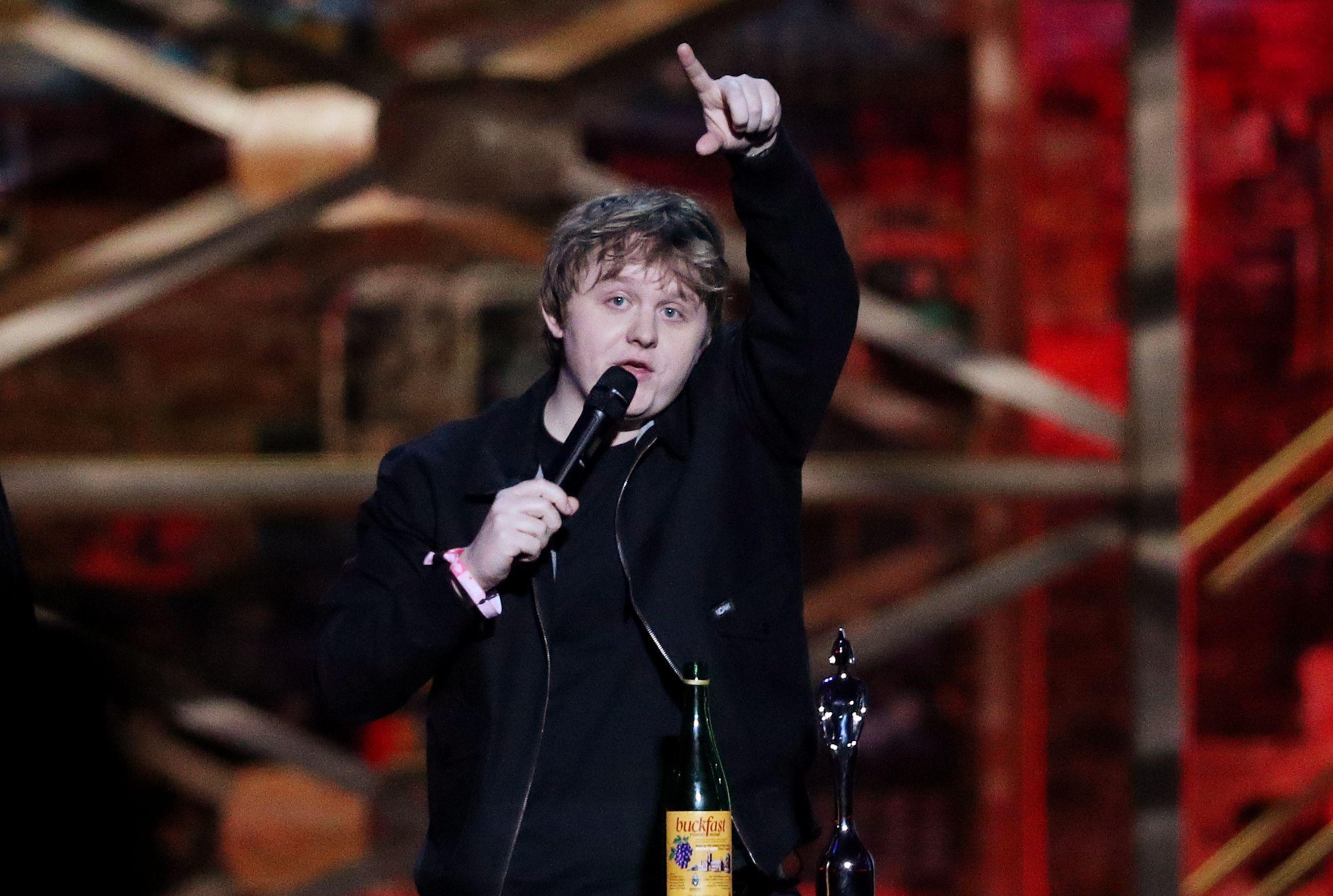 Le chanteur Lewis Capaldi gagne gros aux BRIT Awards alors que le rappeur Dave qualifie le Premier ministre britannique de raciste