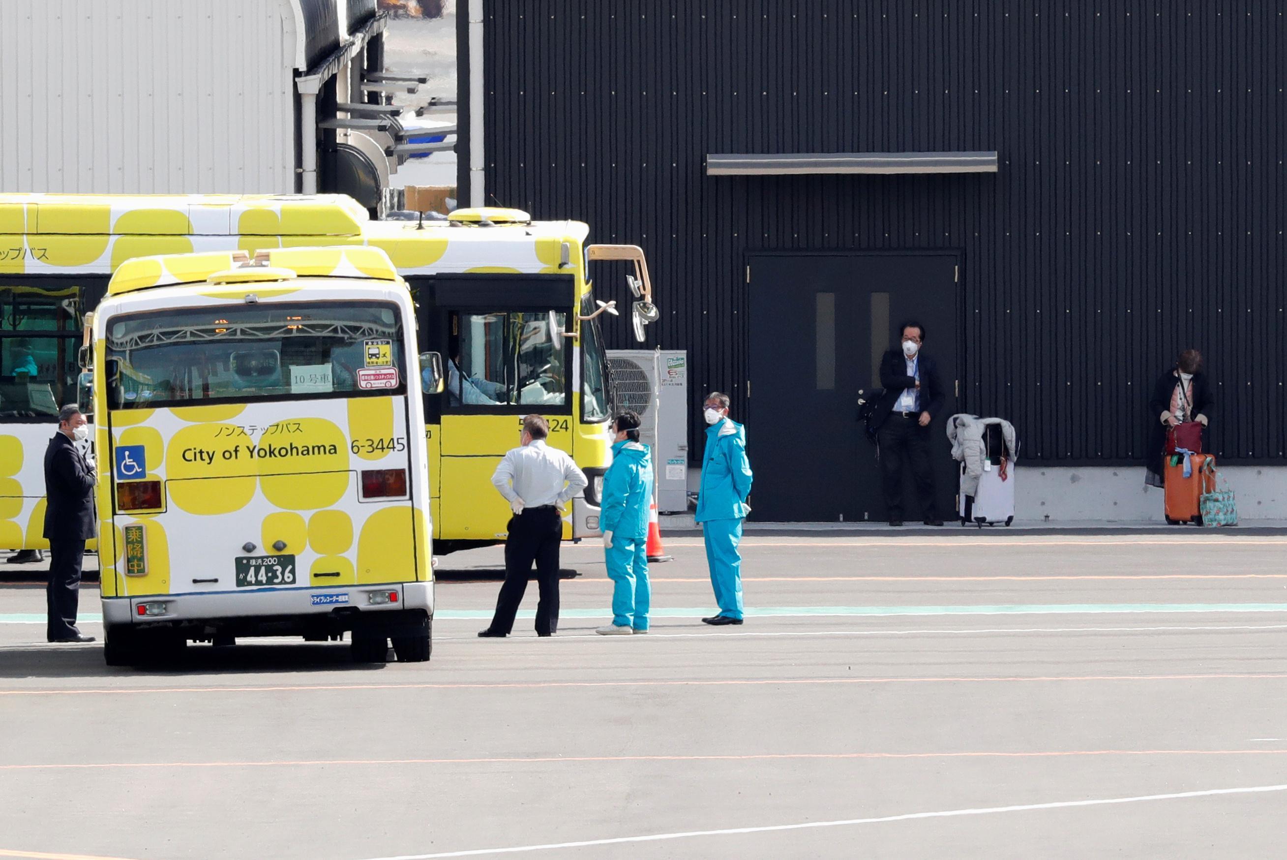 Les passagers quittent enfin le navire de croisière Coronavirus alors que les efforts de contrôle du Japon sont sous le feu