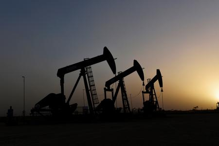 UPDATE 4-Oil firms on supply threats, easing demand woes