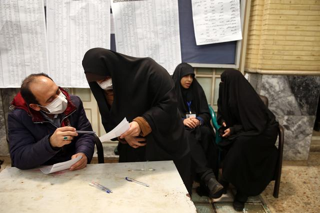 Iranian select their candidates during parliamentary elections at a polling station in Tehran, Iran February 21, 2020. Nazanin Tabatabaee/WANA (West Asia News Agency) via REUTERS ATTENTION EDITORS - THIS IMAGE HAS BEEN SUPPLIED BY A THIRD PARTY.
