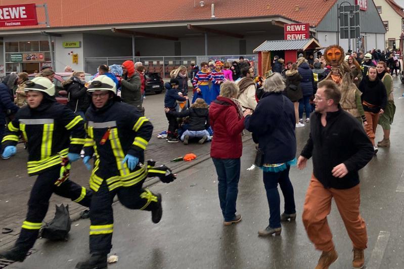 Car drives into German carnival parade, ten injured: police