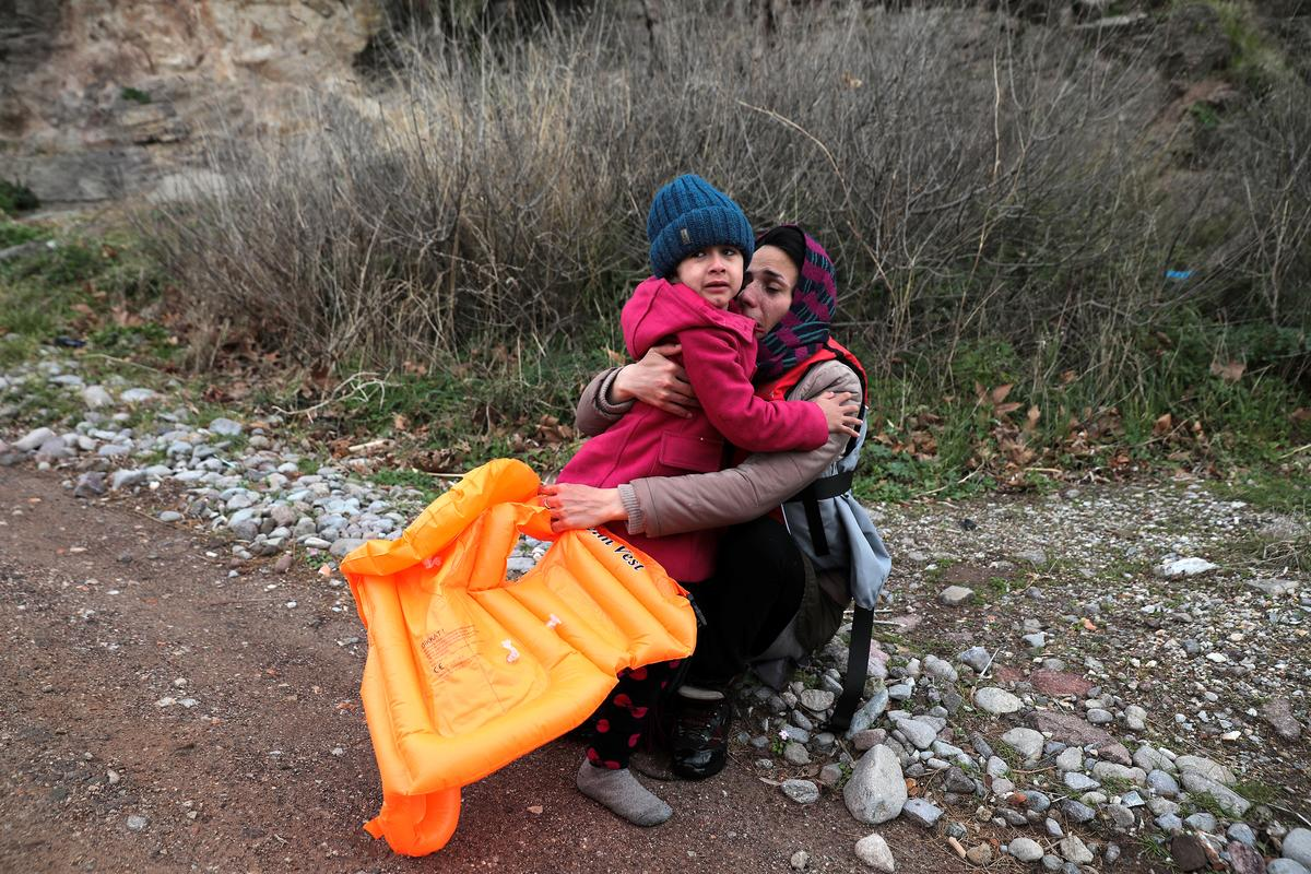Greece tightens border with Turkey as migrants approach