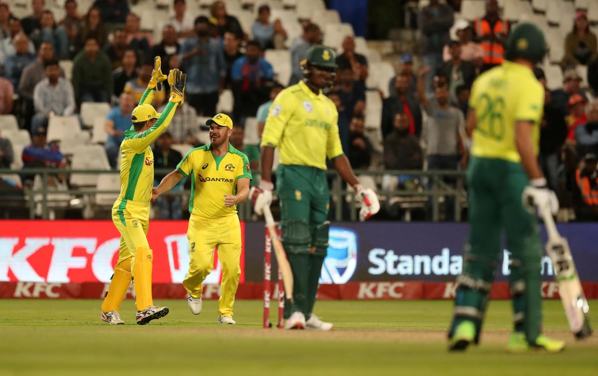 Boucher wants bowlers to ease pressure on South Africa batsmen