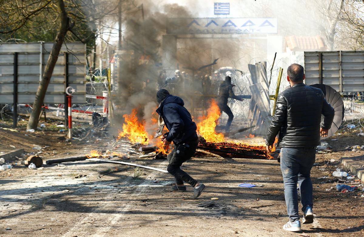Greek police fire teargas on migrants at Turkish border