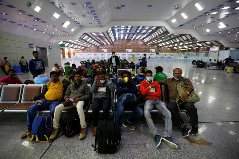 ДО: Пассажиры носят защитные маски во время ожидания в аэропорту Наджаф в Наджафе, Ирак, 15 марта 2020 года. REUTERS / Alaa Al-Marjani