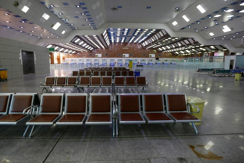 ПОСЛЕ: Аэропорт Наджаф, пустой пассажиров, после приостановки полетов в Наджаф, Ирак 17 марта 2020 года. REUTERS / Alaa Al-Marjani