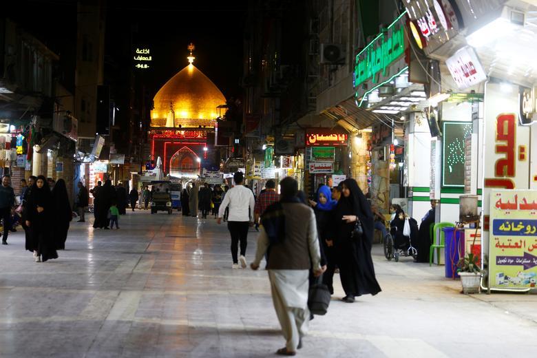 ПОСЛЕ: Паломники-мусульмане-шииты видны возле храма Имама Али после того, как власти запретили все посещения нерезидентами в священном городе Наджаф, Ирак, 11 марта 2020 года. REUTERS / Alaa al-Marjani