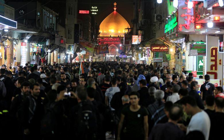 ДО: Паломники-мусульмане-шииты собираются возле храма Имама Али перед священным шиитским ритуалом Арбаин в Наджафе, Ирак, 13 октября 2019 года. РЕЙТЕР / Алаа Аль-Марджани