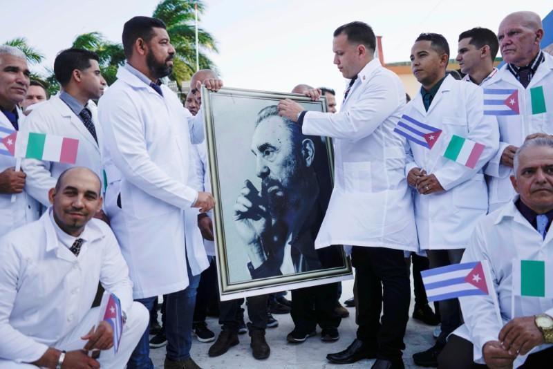 Kubanische Ärzte am 21. März 2020 in Havanna vor ihrer Abreise nach Italien | Bildquelle: https://www.reuters.com/article/us-health-coronavirus-cuba-idUSKBN219051 © REUTERS/Alexandre Meneghini | Bilder sind in der Regel urheberrechtlich geschützt