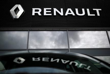 Renault workers use 3D printers to make medical visors
