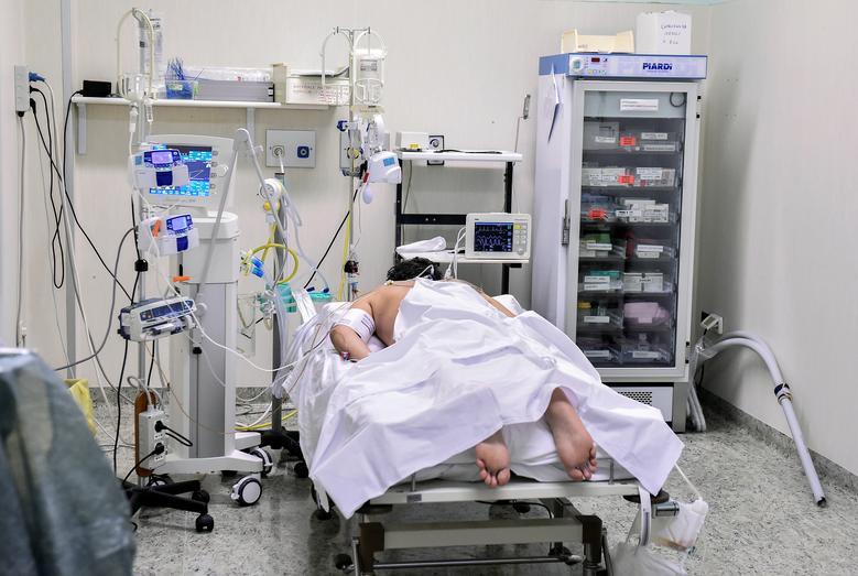Un paciente con coronavirus es visto en una unidad de cuidados intensivos en el hospital Oglio Po en Cremona, el 19 de marzo. REUTERS / Flavio Lo Scalzo