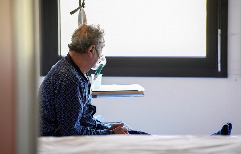 Paciente con coronavirus en una unidad de cuidados intensivos en el hospital Oglio Po en Cremona, 19 de marzo. REUTERS / Flavio Lo Scalzo