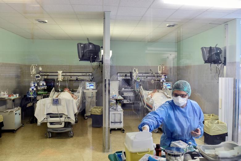 Un trabajador médico trata a pacientes que padecen coronavirus en el hospital Oglio Po en Cremona, el 19 de marzo. REUTERS / Flavio Lo Scalzo