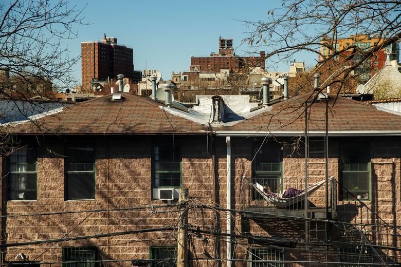 Житель Брукліна відпочиває в гамаку, повішеним на балконі, щоб прочитати книгу, коли місто практикує соціальне дистанціювання через спалах коронавирусной хвороби в Нью-Йорку, Нью-Йорк, 21 березня 2020 року. РЕЙТЕР / Лукас Джексон