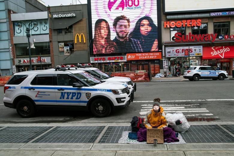 Um sem-teto usa máscara facial em Nova York, Nova York, em 17 de março de 2020. REUTERS / Eduardo Munoz