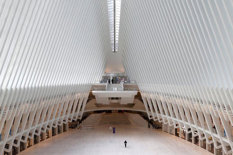 Um homem caminha sozinho pelo quase vazio centro de transporte de Oculus no World Trade Center, em Manhattan, Nova York, em 27 de março de 2020. REUTERS / Mike Segar