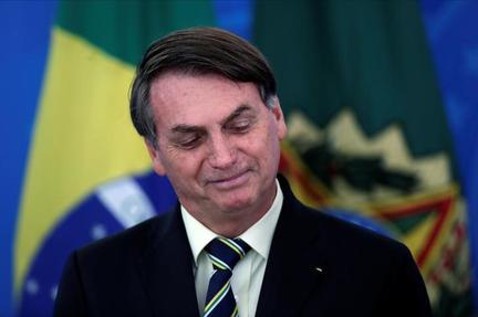 Bolsonaro visits market to press need to keep Brazil going during pandemic