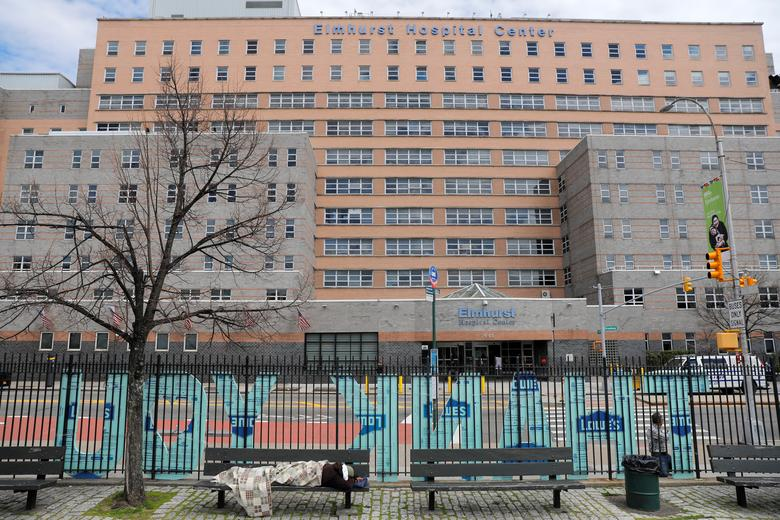 Scott LoBaido, 55 anos, de Staten Island, publica uma grande nota de agradecimento dedicada aos profissionais de saúde do vizinho Elmhurst Hospital Center, em Queens, em 27 de março de 2020. REUTERS / Andrew Kelly