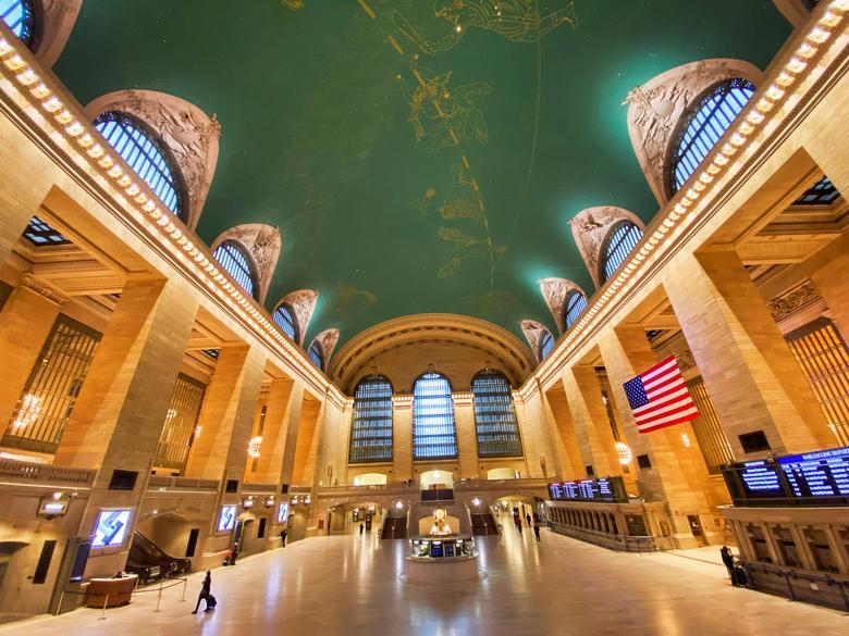 As pessoas andam em torno de um Grand Central Terminal quase vazio na cidade de Nova York, em 29 de março de 2020. REUTERS / Eduardo Munoz