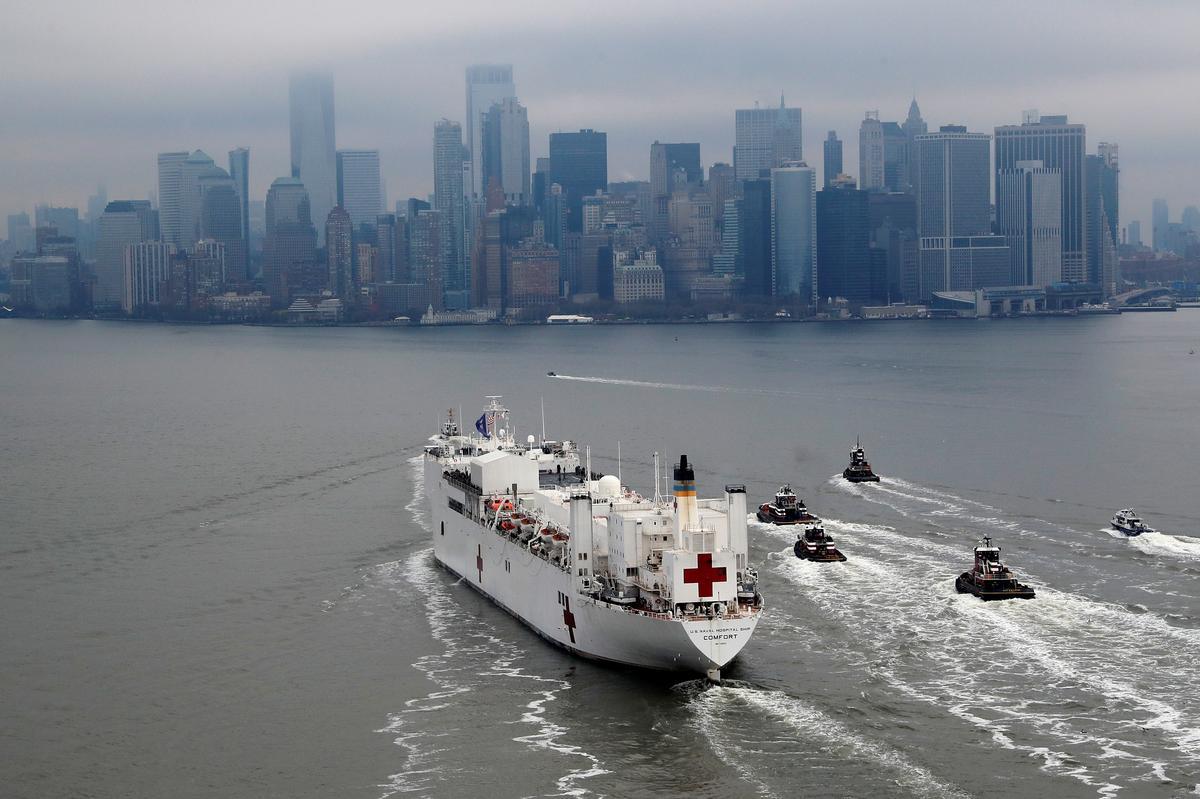 New York accueille le navire-hôpital avec acclamations; Le nombre ...