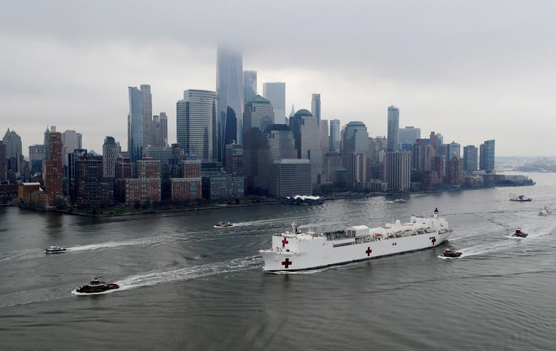 USNS Comfort проходит Манхэттен, когда он входит в гавань Нью-Йорка в Нью-Йорке, 30 марта 2020 года. РЕЙТЕР / Майк Сегар