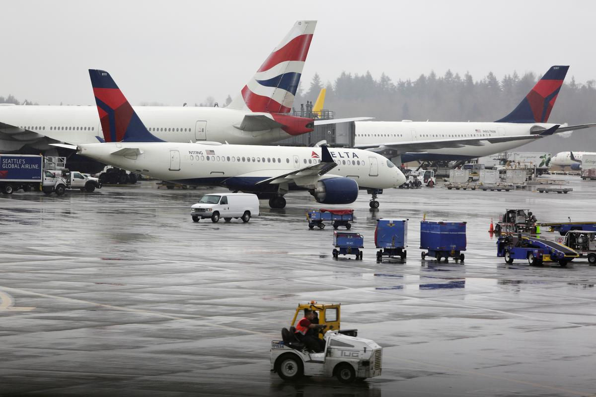 U.S. backs minimum flights on airline routes in assistance review