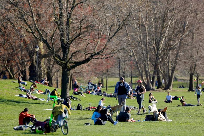Crowds of people are seen out in Prospect Park in Brooklyn, New York City, March 27, 2020. REUTERS/Andrew Kelly