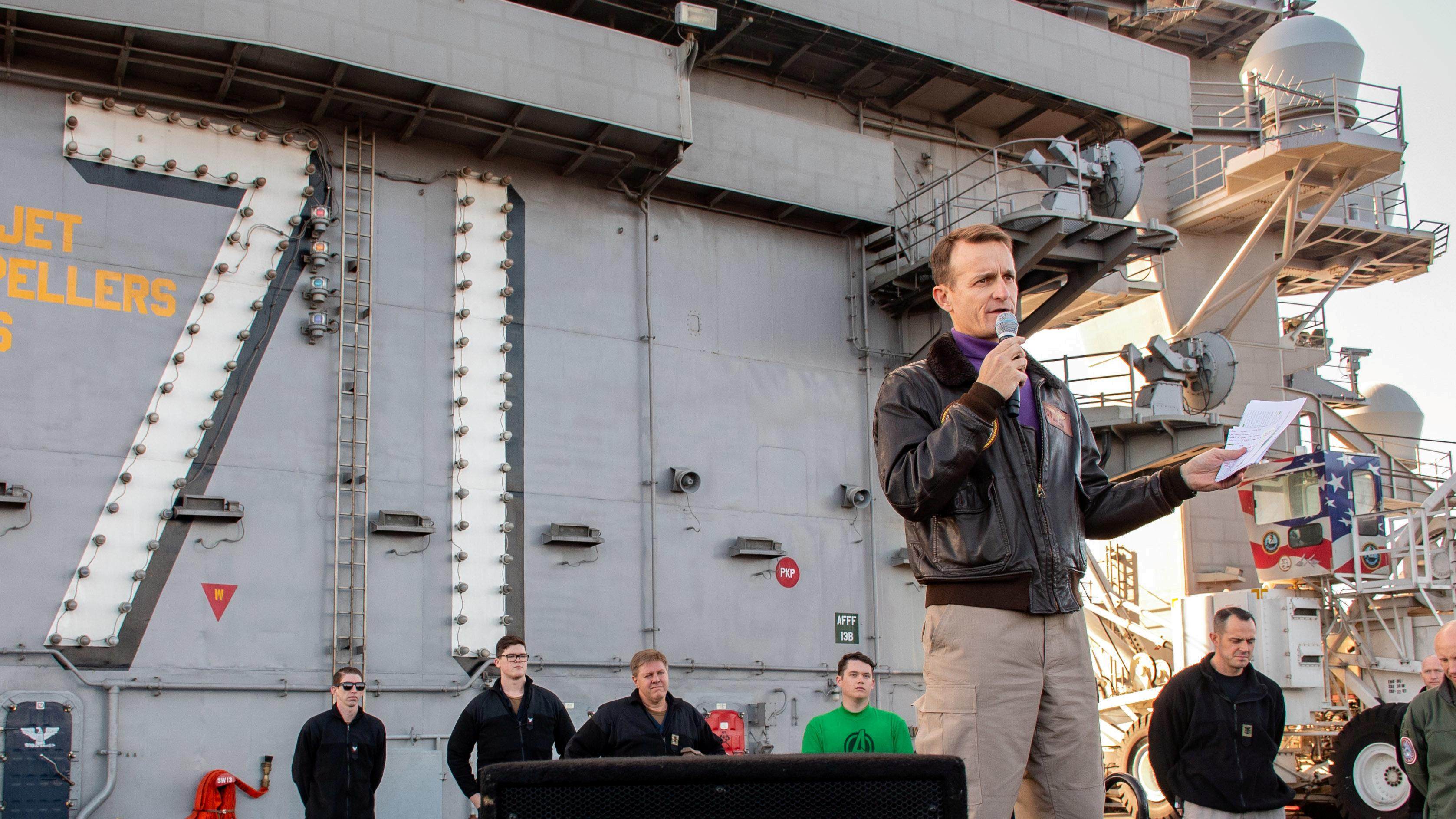 """"""" Je le possède: '' Le secrétaire de la Marine américaine démissionne pour avoir manipulé un porteur de coronavirus"""