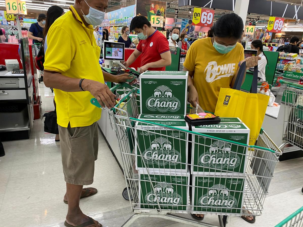 Thais queue for booze before 10-day alcohol ban in Bangkok