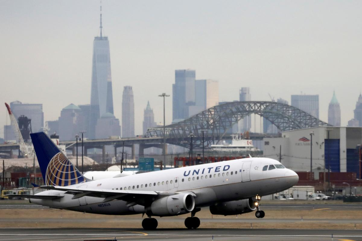 United Airlines looks to raise $1 billion with new stock offering, shares slip