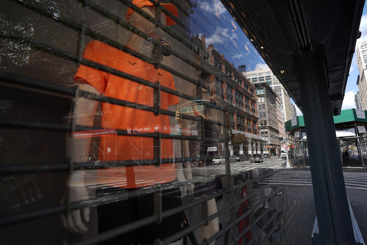 U.S. consumer confidence, exports sink amid coronavirus disruptions
