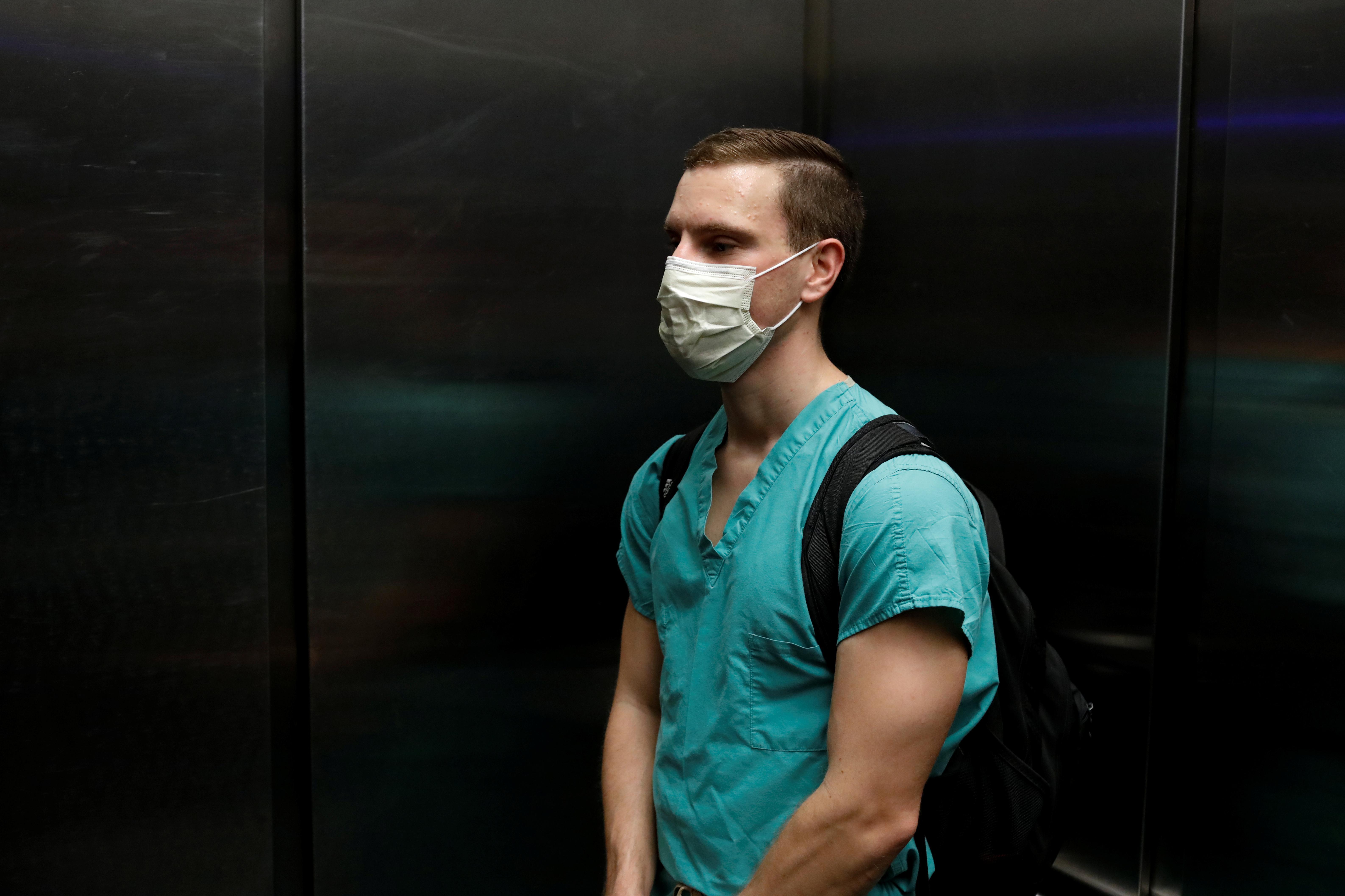 Des vies parallèles: des médecins de l'urgence jumelés combattent le COVID-19 à New York, Miami