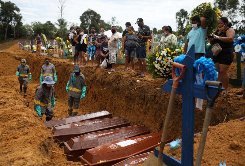 ENFOQUE-Quem vai fazer o milagre? Na contramão, Brasil antecipa discussão sobre afrouxar isolamento