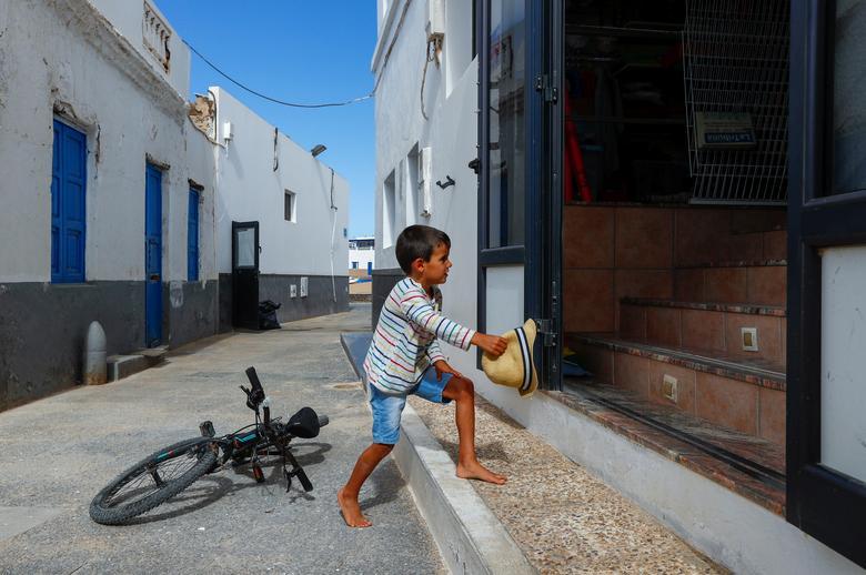 Ребенок входит в магазин, поскольку страна ослабляет меры по блокировке на острове Ла Грасиоса, Испания, 4 мая. РЕЙТЕР / Борха Суарес