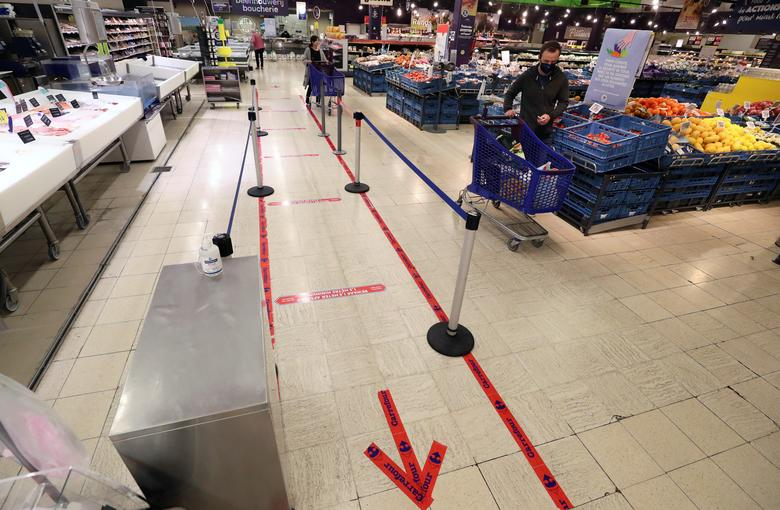 Маркери на підлозі в супермаркеті в Брюсселі, Бельгія, 5 травня. РЕЙТЕР / Ів Герман