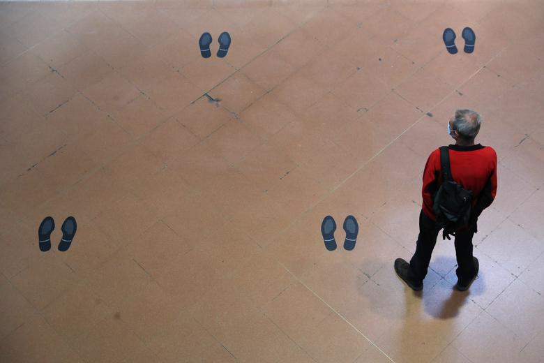 Приміський поїзд стоїть серед відміток за соціальне дистанціювання на підлозі залізничного вокзалу Аточа в Мадриді, Іспанія, 4 травня. РЕЙТЕР / Сусана Віра