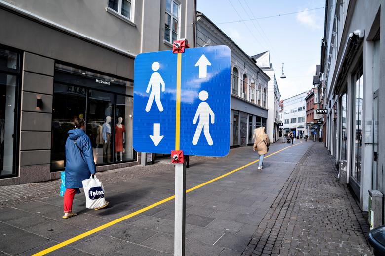 Жовта смуга, намальована в середині пішохідної вулиці, щоб допомогти людям дотримуватися правил соціальної дистанції в Ольборзі, Данія, 4 травня. Хеннінг Баггер / Ritzau Scanpix / через REUTERS & nbsp; & NBSP;