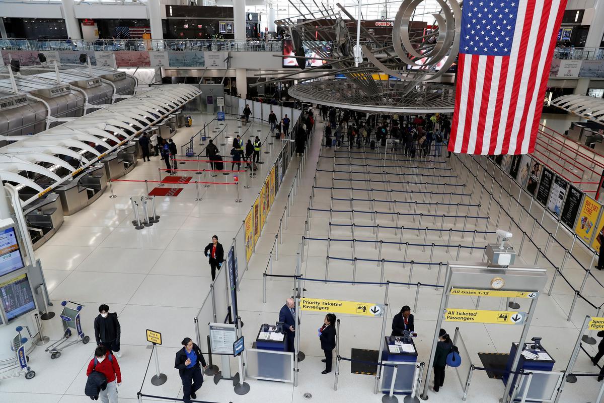 Major U.S. airlines endorse temperature checks for passengers