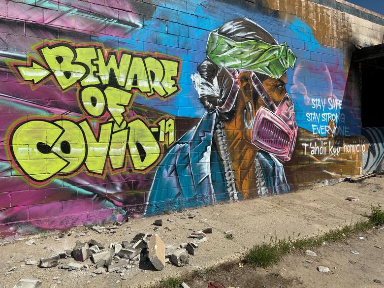 Фреска предупреждает жителей об опасности вспышки коронавируса в резервации навахо в Шипроке, Нью-Мексико, 8 апреля. РЕЙТЕР / Эндрю Хей