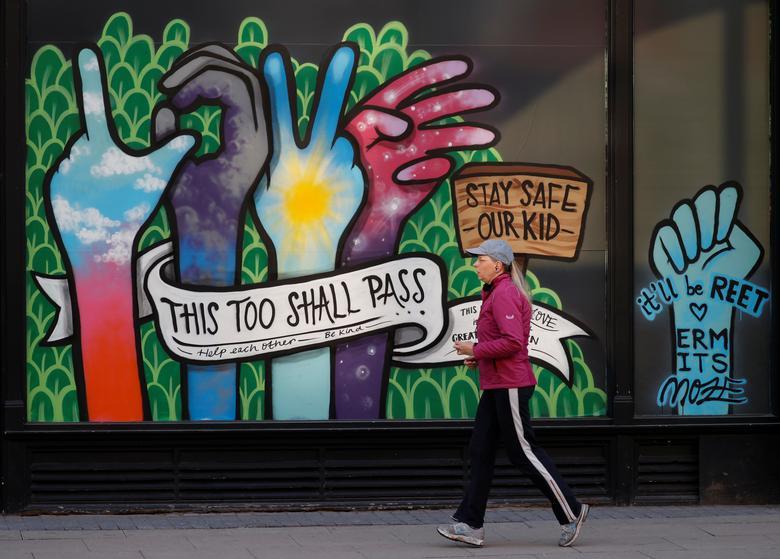 Женщина проходит мимо фрески в Манчестере, Великобритания, 4 мая. РЕЙТЕР / Фил Ноубл