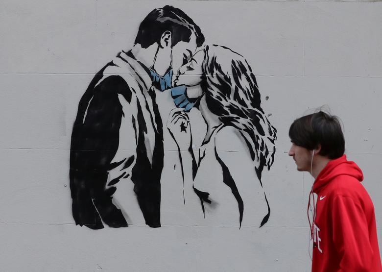 Женщина проходит мимо фрески возле квартиры в Глазго, Великобритания, 28 апреля. РЕЙТЕР / Рассел Чейн