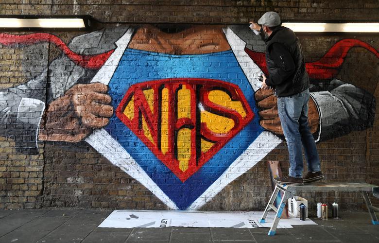Художник Лайонел Стэнхоуп рисует фреску в честь НСЗ на сетевом железнодорожном мосту в Лондоне, Великобритания, 1 мая. РЕЙТЕР / Саймон Доусон