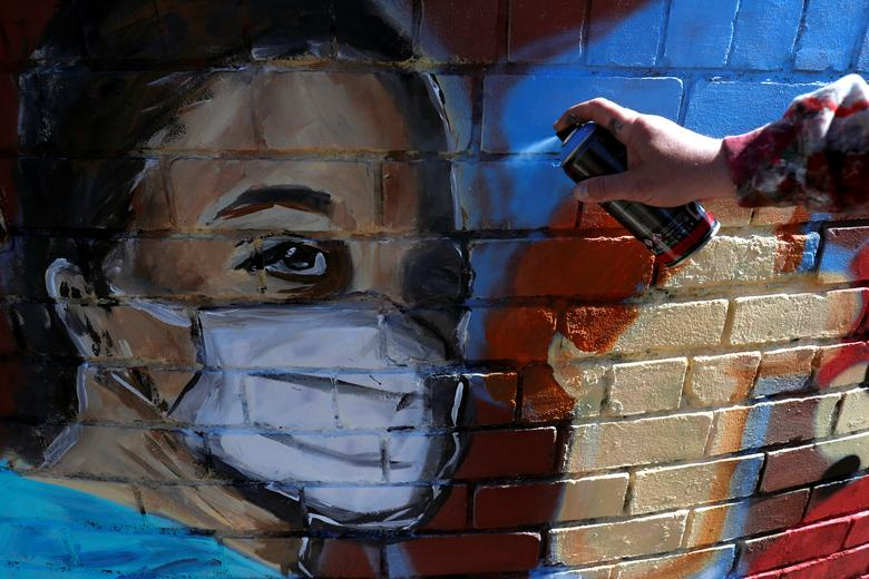 Художник Дрю Аллен рисует роспись в Редкаре, Великобритания, 24 апреля. РЕЙТЕР / Ли Смит