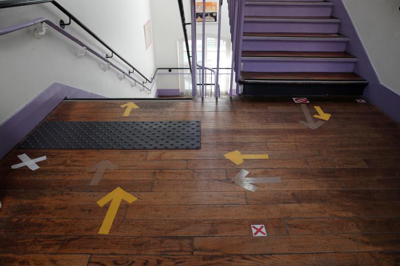 Знаки, які допомагають школярам поважати соціальну дистанцію, видно на сходах в початковій школі під час її відкриття в Парижі, Франція, 14 травня. РЕЙТЕР / Бенуа Тессіер