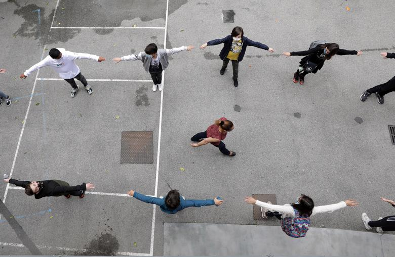 Студенты практикуют социальное дистанцирование во дворе школы College Sasserno во время ее открытия в Ницце, Франция, 19 мая. REUTERS / Eric Gaillard
