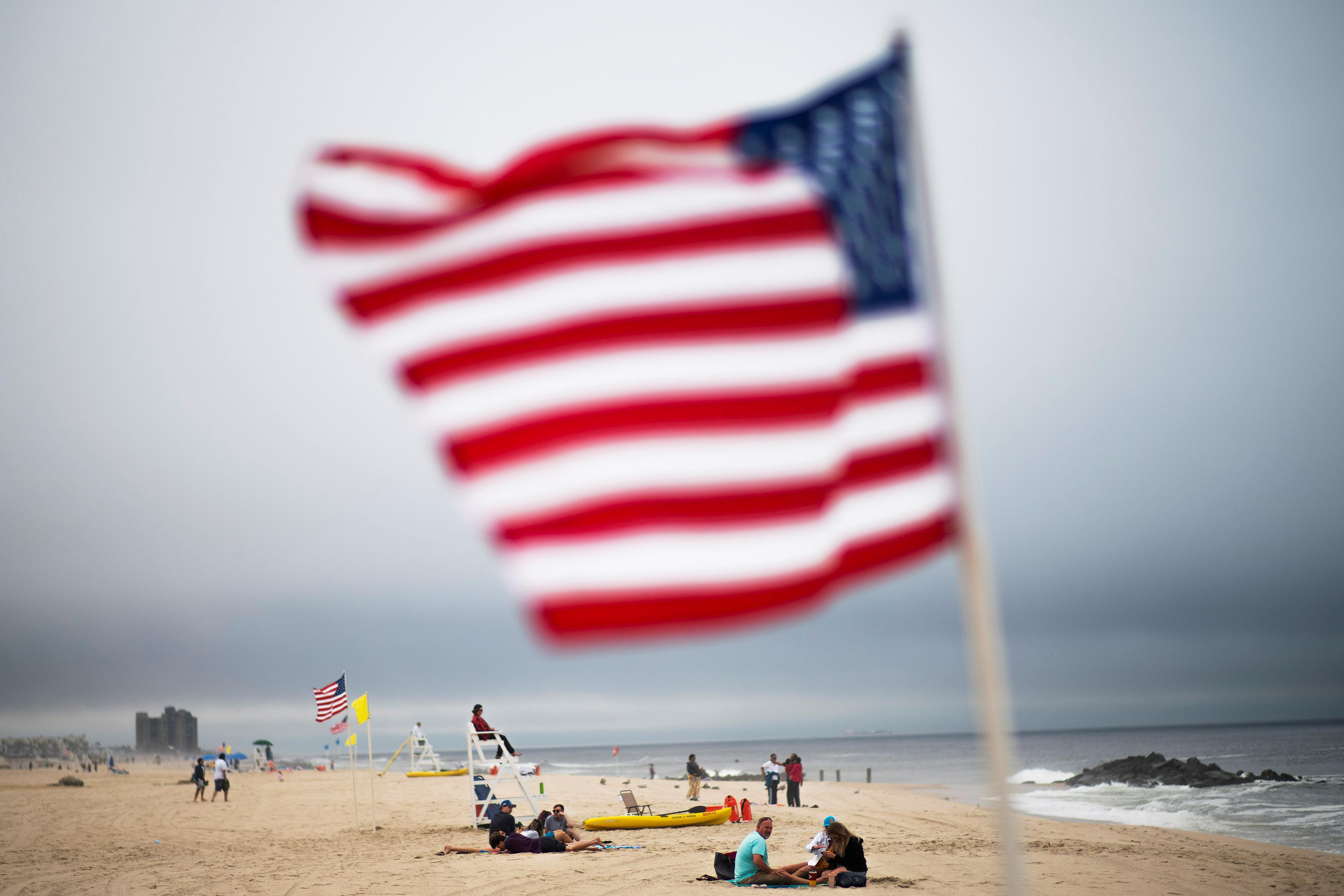 COVID-19, la distance exige des changements à la plage le week-end bondé du Memorial Day américain