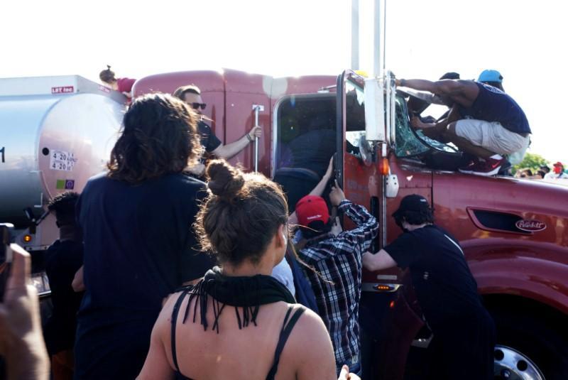 Un camion-citerne pénètre dans les manifestants alors que les villes américaines craignent une nouvelle nuit de manifestations violentes