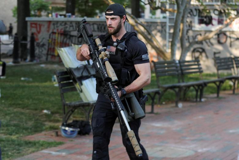 ABD Gizli Servisi karşı saldırı ekibi üyesi, 1 Haziran'da Başkan Trump, 1 Haziran'da St. John Piskoposluk Kilisesi önünde bir fotoğraf fırsatı elinde bulunduğundan Lafayette Park'ta keskin nişancı tüfeği taşıyor. REUTERS / Tom Brenner & nbsp;  & Nbsp;