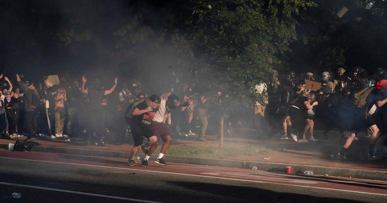 Protestocular, çevik kuvvet polisi göz yaşartıcı gaz ateşledi ve Lafayette Park'ı ve etrafındaki bölgeyi Başkan Trump'ın St.John Piskoposluk Kilisesi önünde bir fotoğraf fırsatı için yürüyebilmesi için Beyaz Saray'ın karşısındaki alanı temizlemek için harekete geçirdi. REUTERS / Ken Cedeno & nbsp;